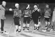 Идет тренировка: юные хоккеисты постигают азы под руководством тренера Ивана Фуртикова
